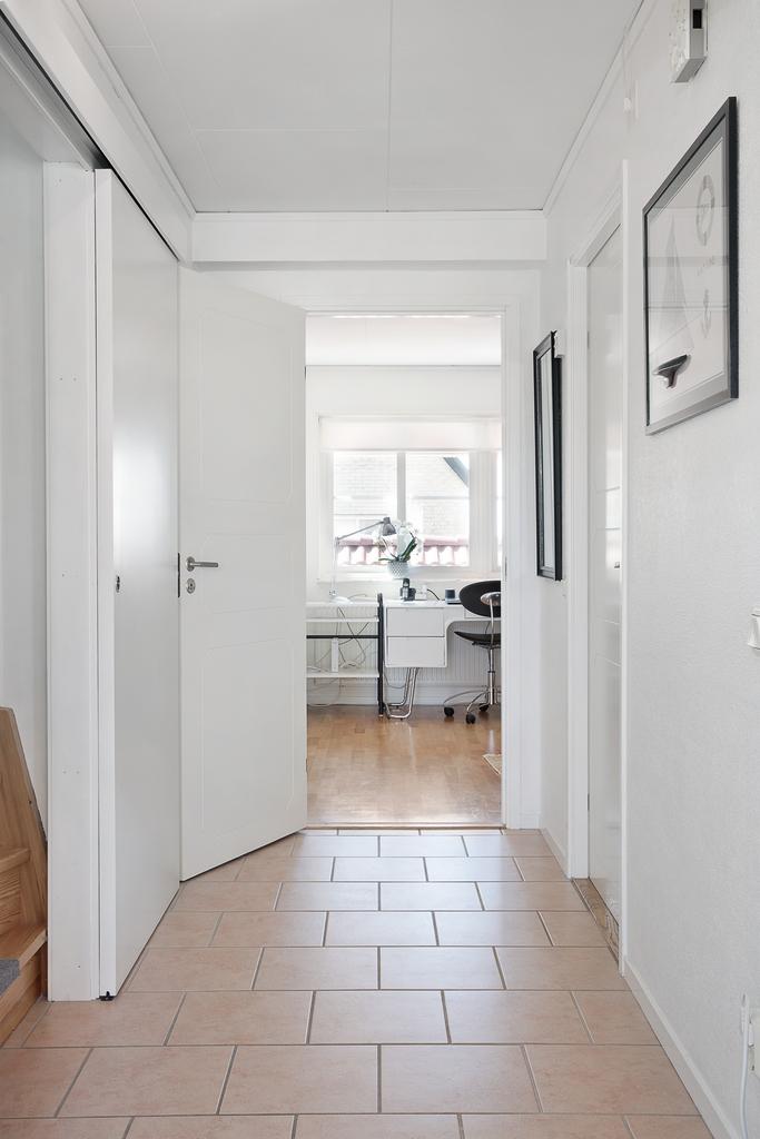 Hall till sovrum, badrum och trappan till ovanvåningen