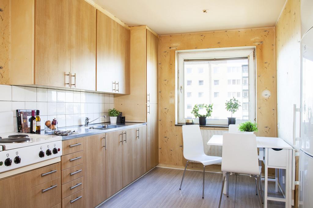 Kök med och fönster mot väster