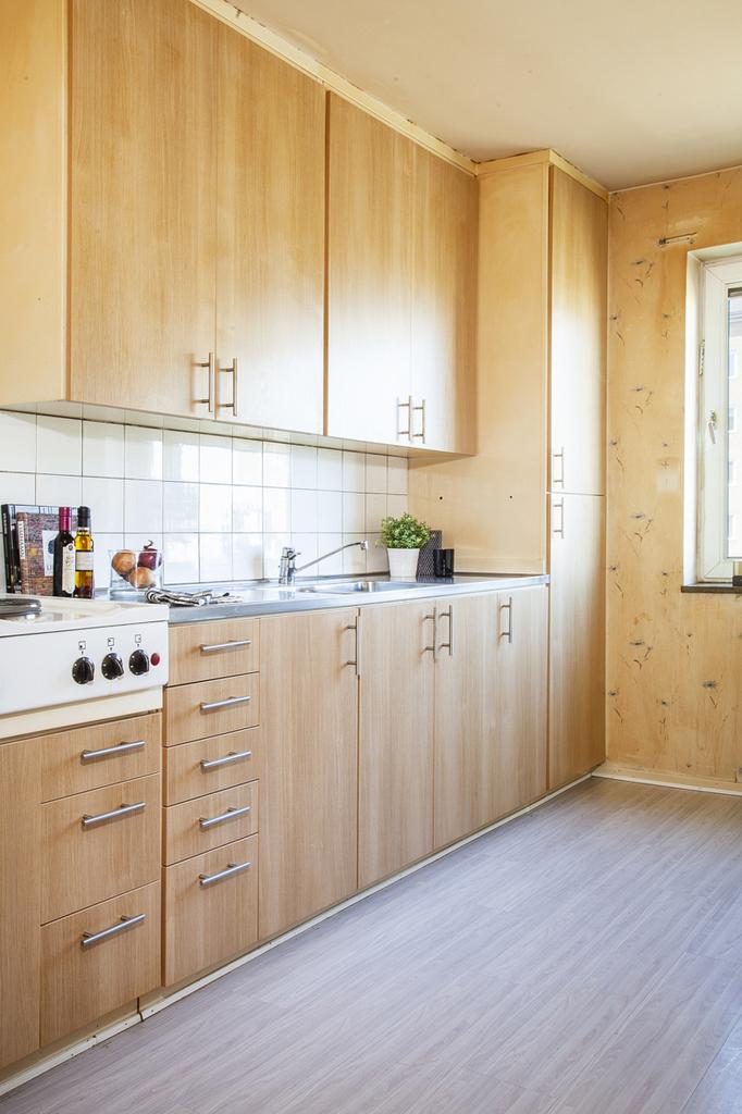 Köksinredningen är takförankrad  och har gott om plats för förvaring