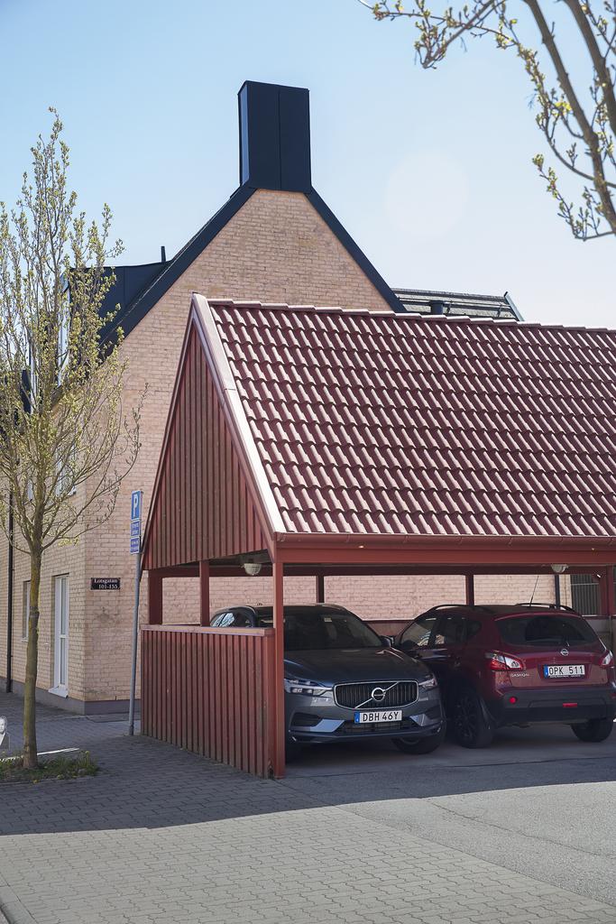 Till lägenheten hör en parkeringsplats under tak