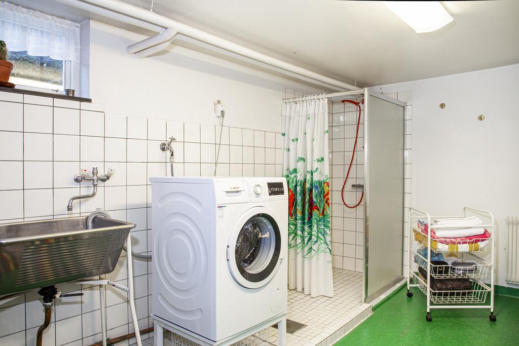 Tvättstugan med gott om plats samt duschhörna