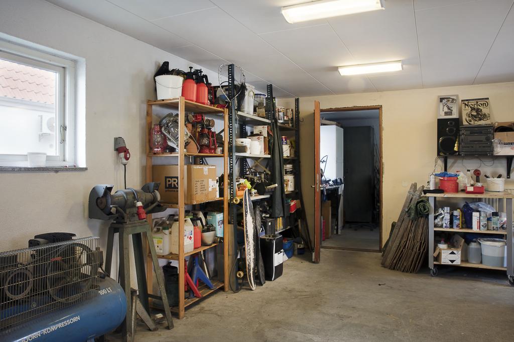 Garaget är väl tilltaget i storlek och här finns det gott om plats för den som vill ta väl hand om sitt fordon