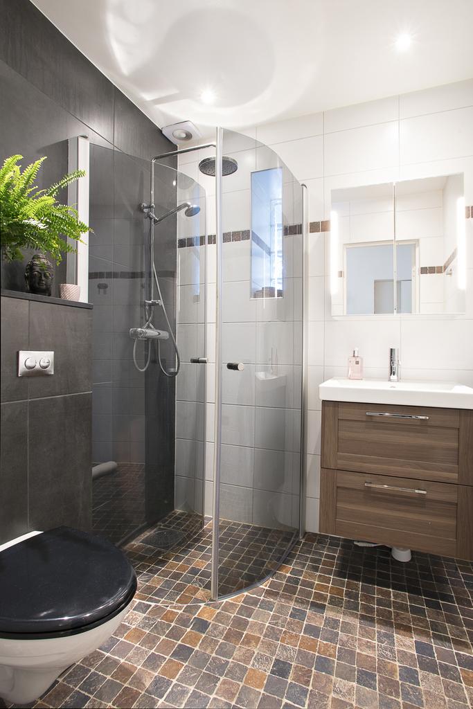 Badrum 2 är helkaklat med dusch bakom vikväggar
