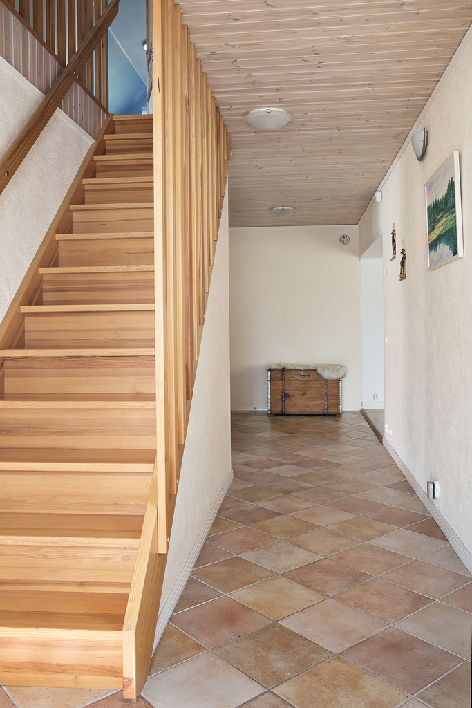 Trappan leder oss upp till ovanvåningen med två sovrum och ett allrum