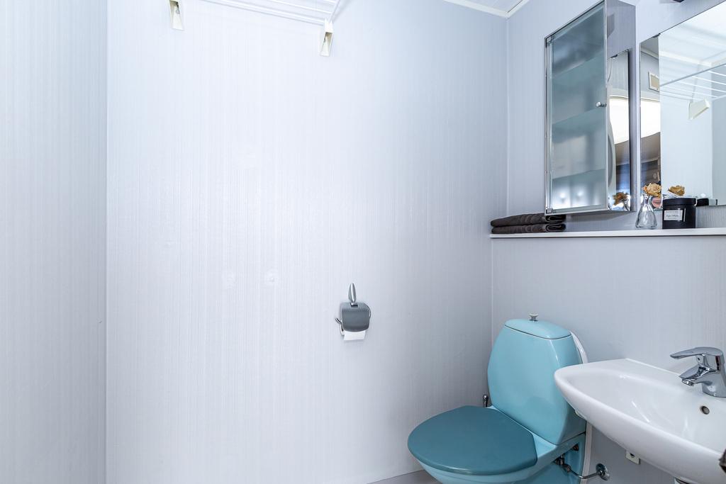 Separat toalett med wc och tvättställ
