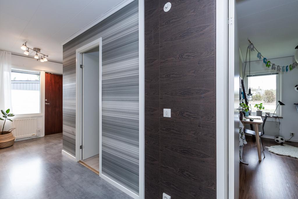 Inre hall med dörrar till 2 av 3 sovrum