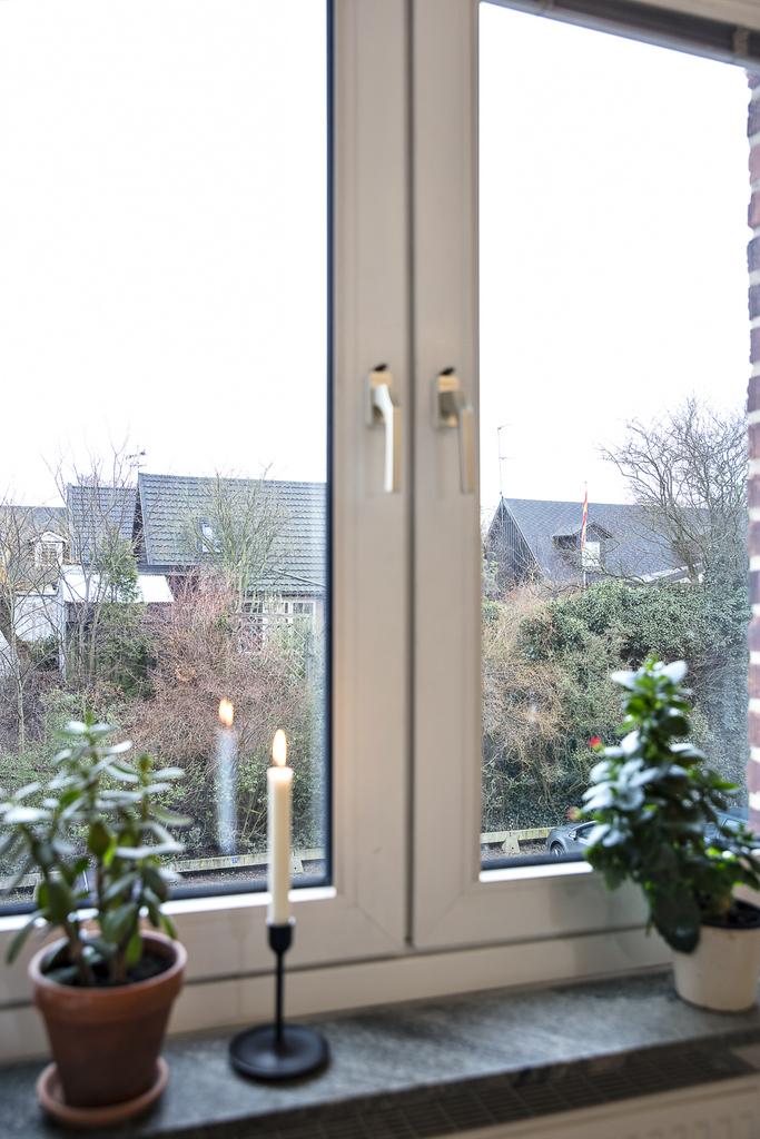 Fönster med utsikt mot villorna