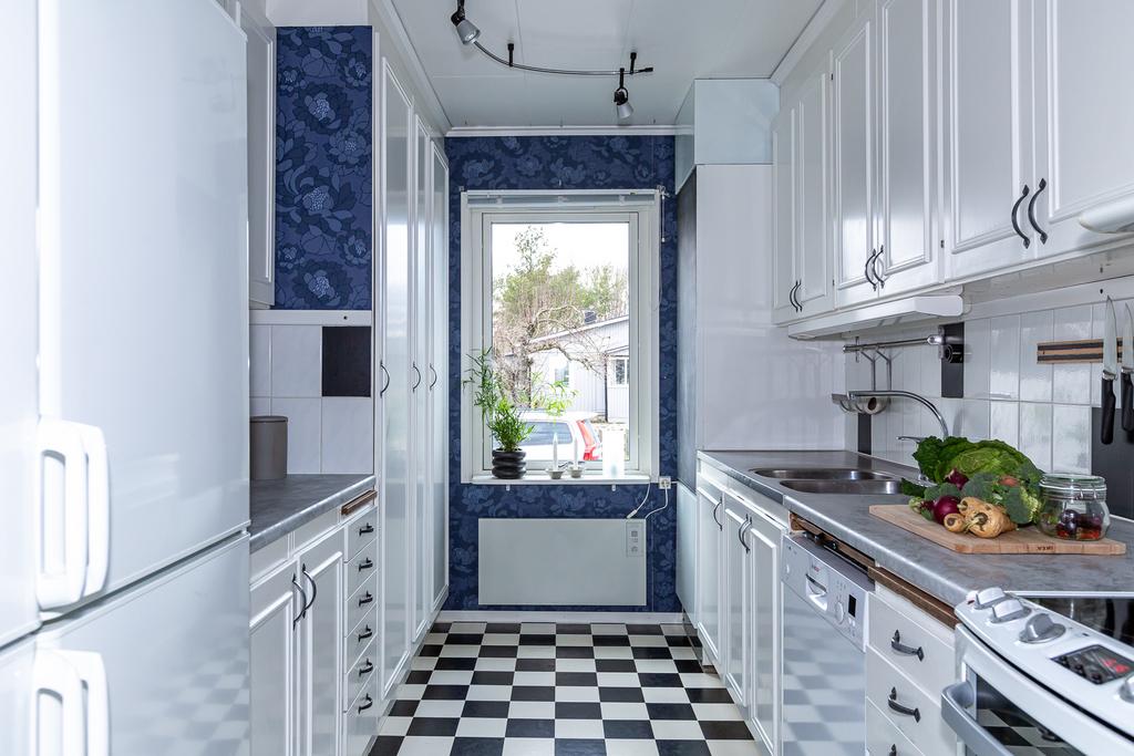 Kök med vit inredning